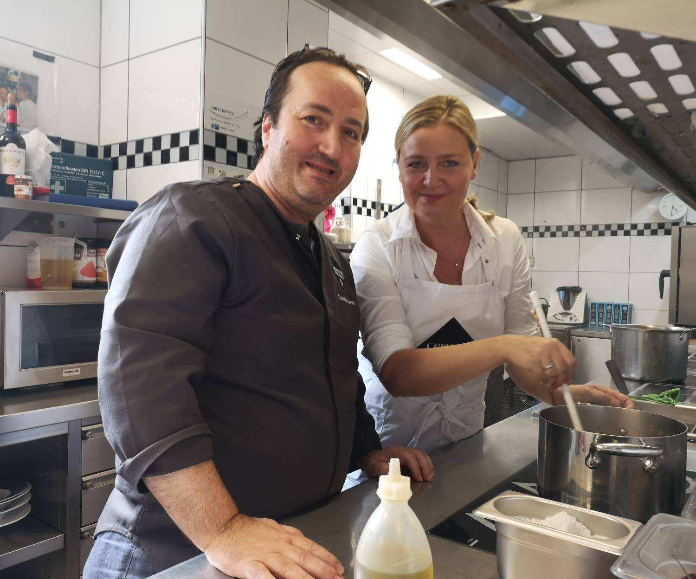 Carmelo Greco mit Claudia beim Ragout kochen