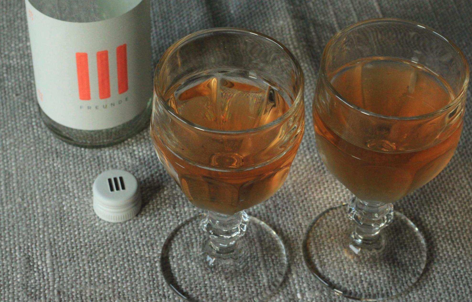 Weinflasche Rose von III Freunde mit 2 gefüllten Gläsern