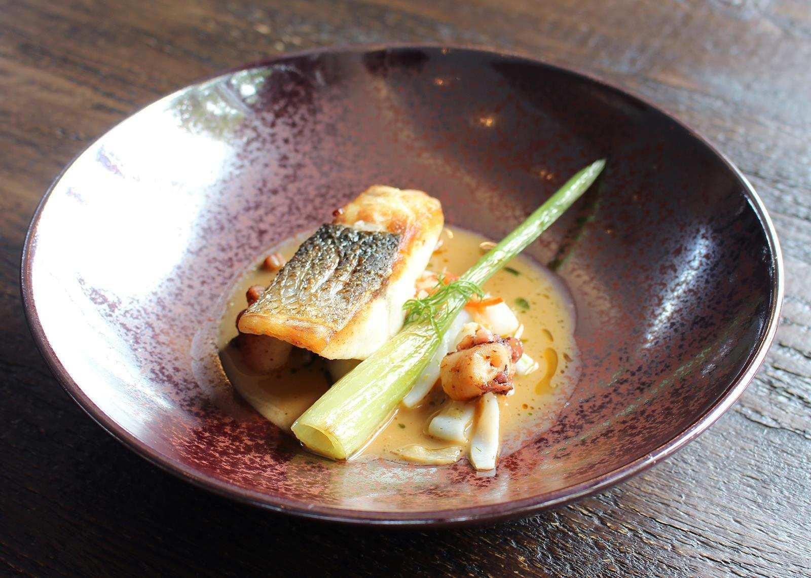 Fisch gebraten im Restaurant Schwarzenstein bei Spitzenkoch Nils Henkel