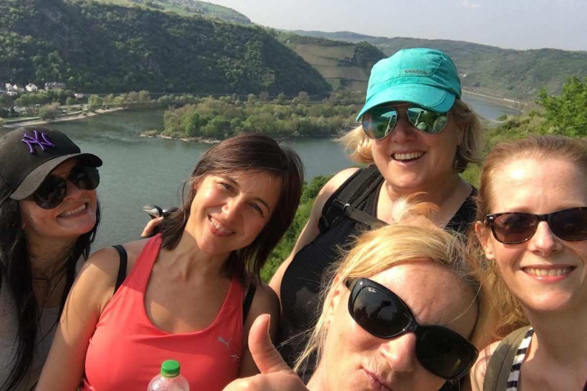 Frauen Wanderung auf dem Rheinsteig mit Blick ins Tal
