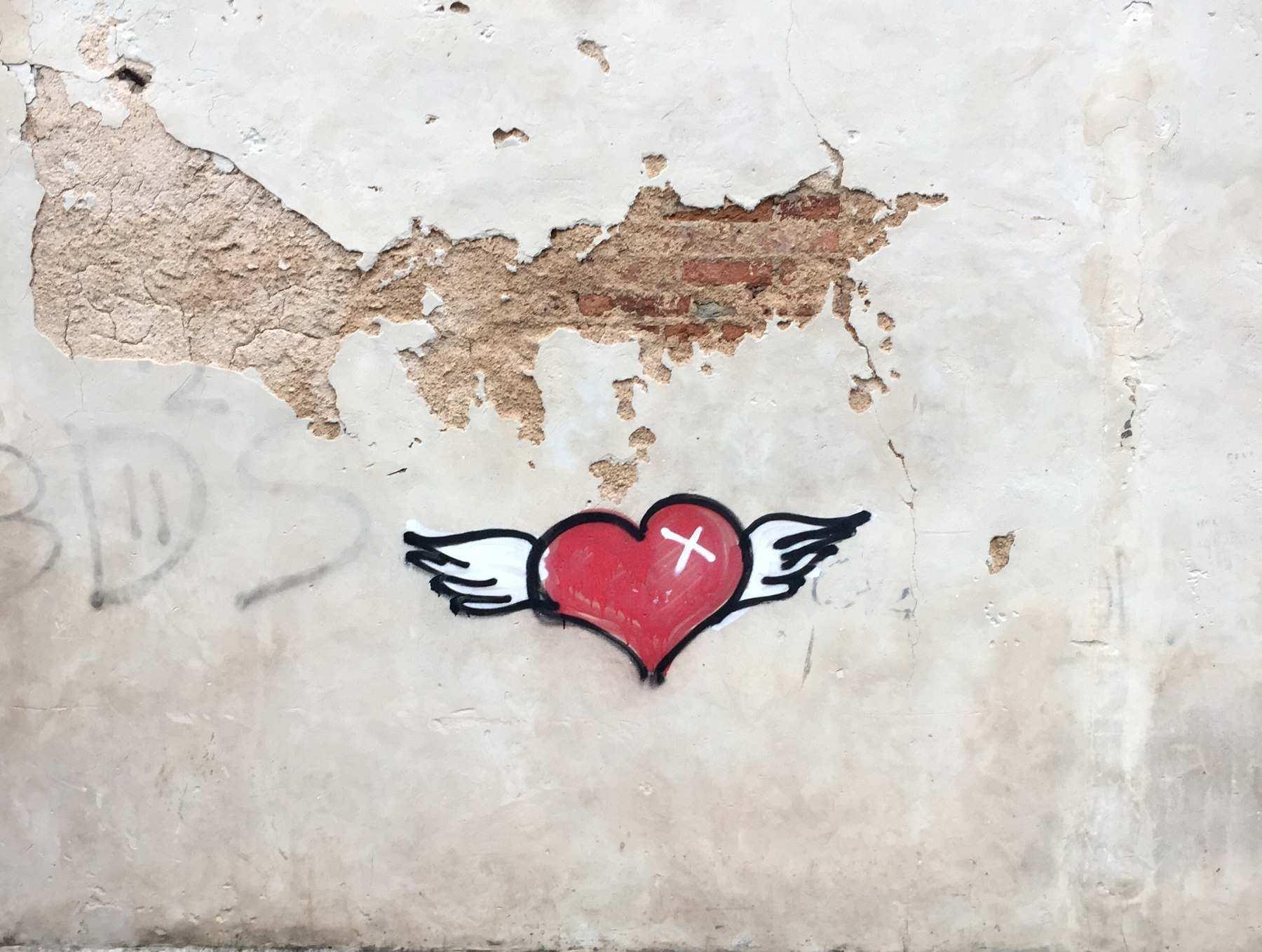 Grafittiherz auf Wand oder Mauer