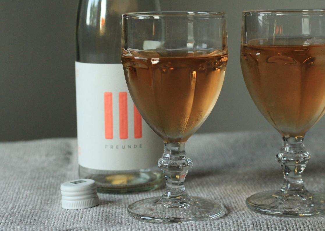 Weinflasche Rose mit 2 Gläsern
