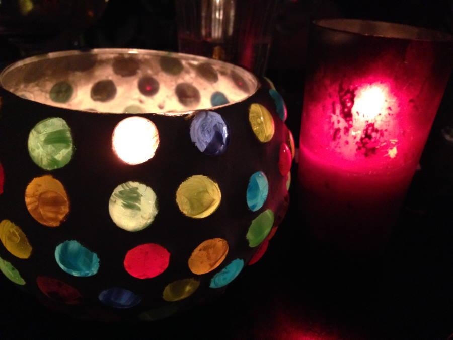 buntes Kerzenlicht macht schummriges Licht