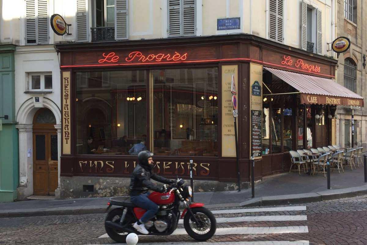 Mit dem Motorrad durch Paris