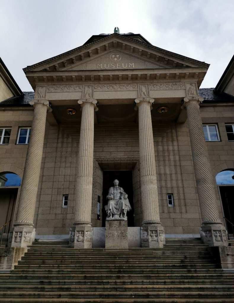 Museum-Wiesbaden Vorderansicht mit Goethe Statue Eingang Säulen