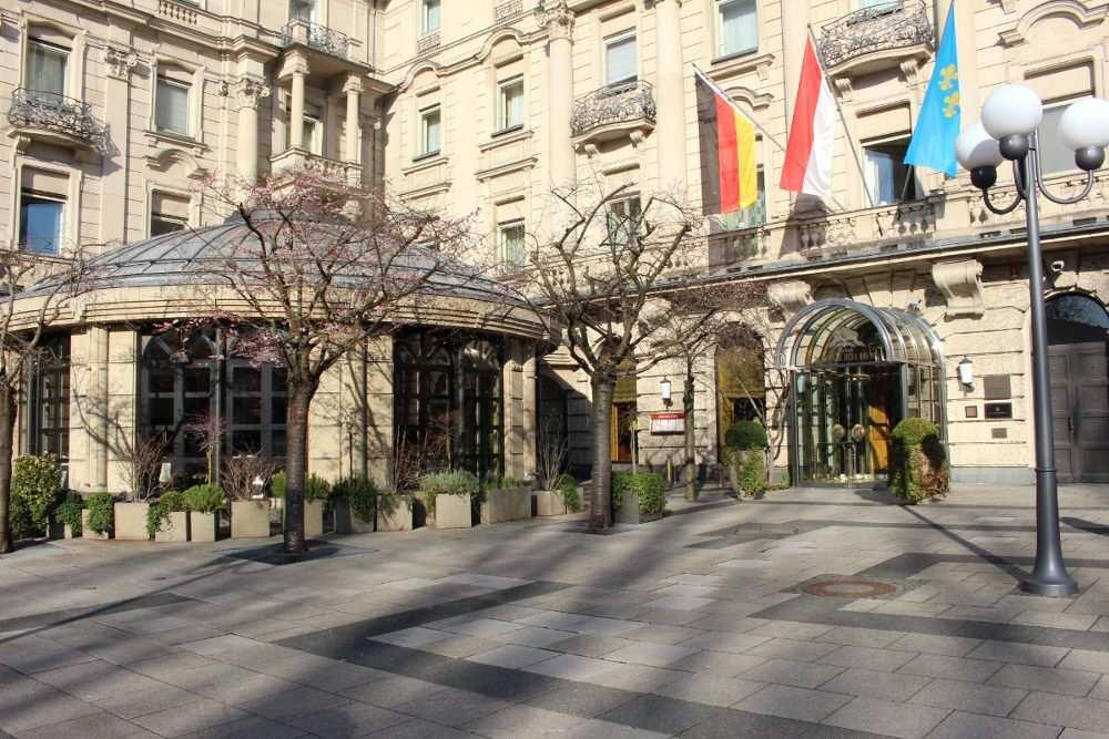 Eingang und Orangerie des Grandhotel Nassauer Hof Wiesbaden