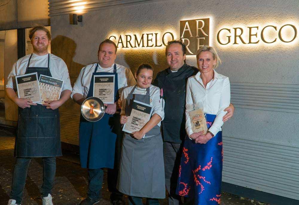 Parmigiano Reggiano_Gewinner stehen vor dem Restaurant Carmelo Grecor