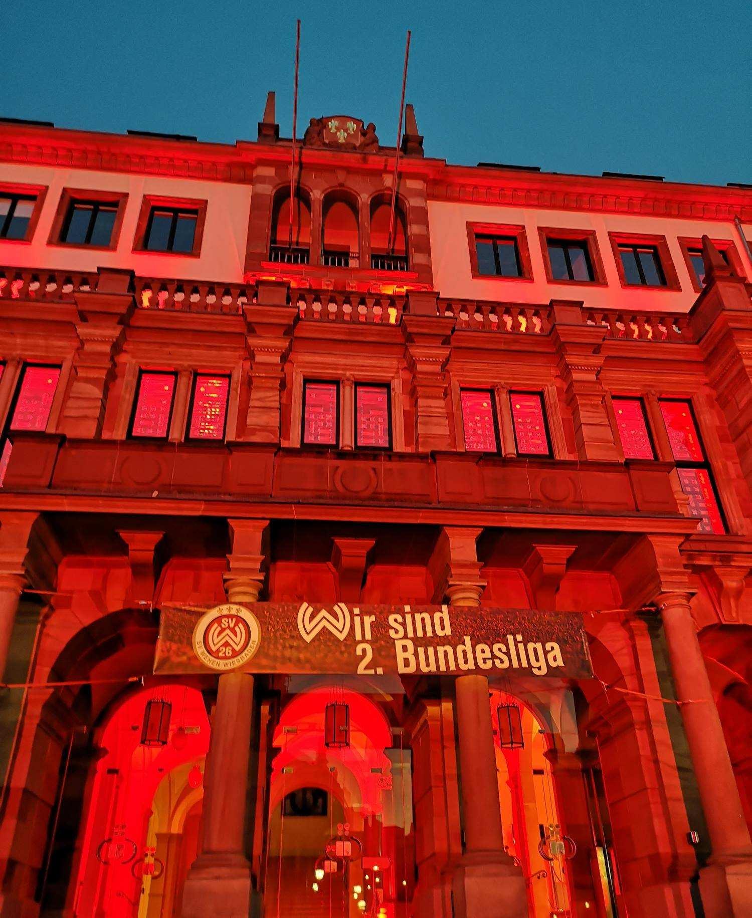 Wiesbaden Rathaus rot angeleuchtet mit Werbung für SVWW Fußballverein der 2. Bundesliga
