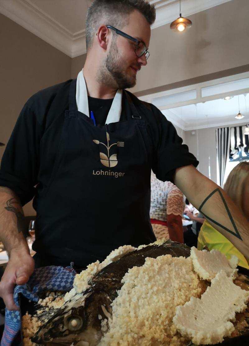 Zander im Salzmantel im Restaurant Lohningner