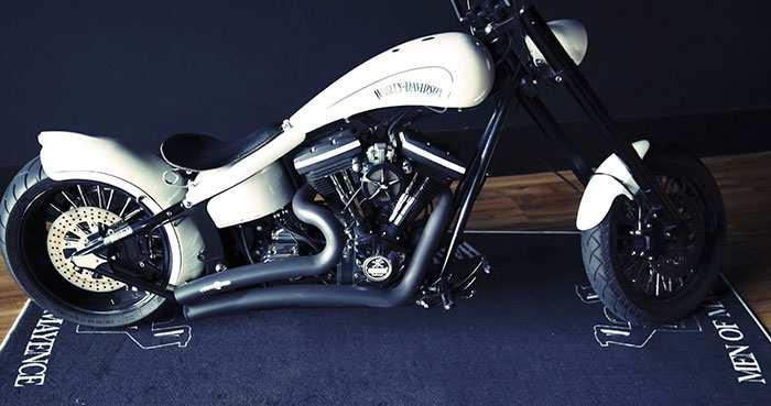 Lass Dein liebstes Stück nicht im Dreck stehen! Und mache es mit einem individuellen BIKERUG-Motorradteppich noch besonderer.